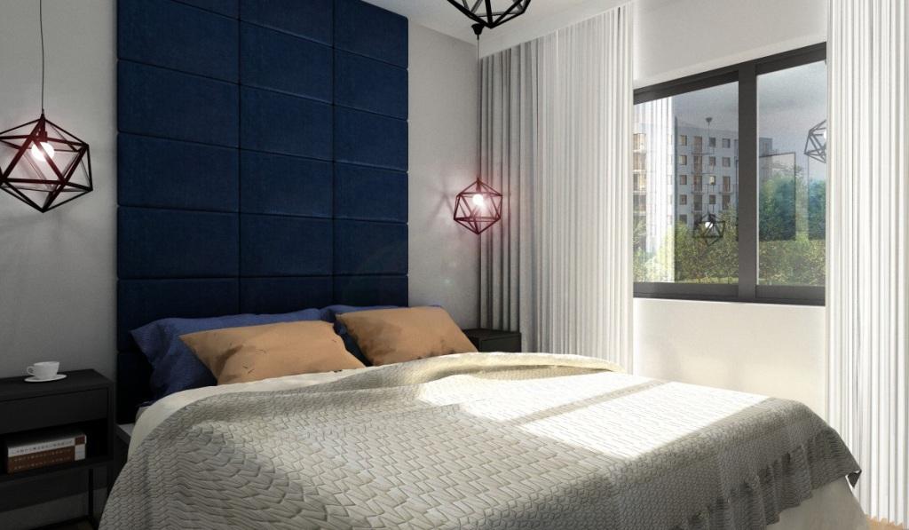 Sypialnia granatowy zagłowek do sufitu, ściany bezowe, narzuta beżowa, poduszki granatowe, łózko białe IKEA Malm, okno czarne