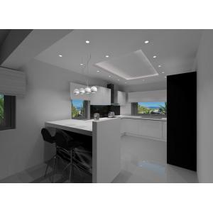 Kuchnia biała, szare ściany, szara podłoga, czarne szkło na ścianie, sufit podwieszany